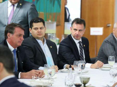 Bolsonaro informa que apoiará o candidato de Alcolumbre à presidência do  Senado