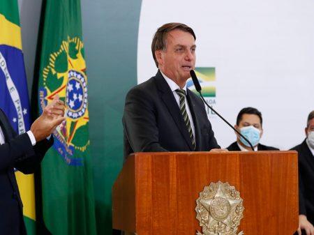Bolsonaro aumenta preço dos combustíveis de novo e zomba de caminhoneiros