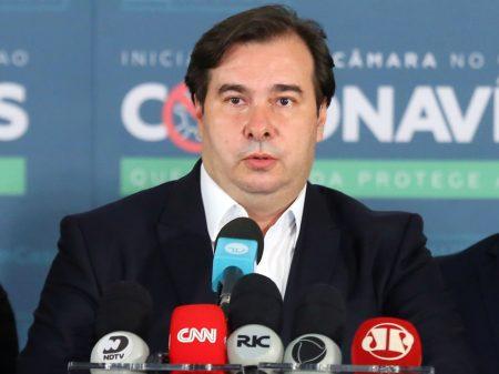 """""""Povo não quer armas; anseia pelas vacinas"""", diz Maia sobre incentivo de Bolsonaro ao armamentismo"""