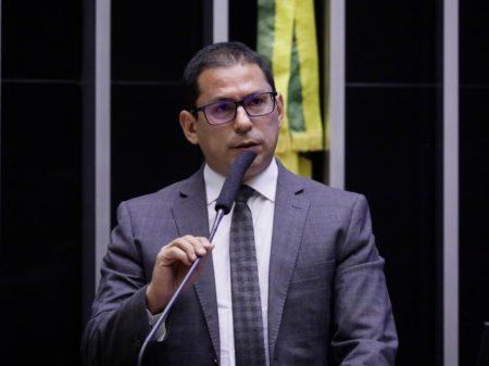 """Vice da Câmara rebate Bolsonaro: """"o povo não precisa de arma"""" e sim de vacina"""