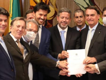 Bolsonaro apresenta projeto para entregar Correios