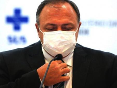 De saída, Pazuello inventa 500 mi de doses de vacinas e diz não ter nada a ver com Manaus