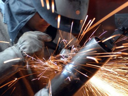 Sem auxílio, produção industrial desacelera