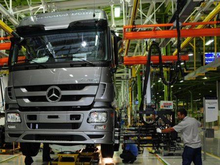 Mercedes-Benz também para produção