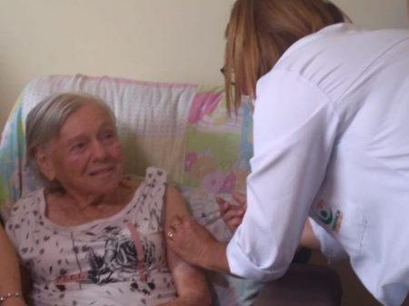 Mãe de Bolsonaro recebe a segunda dose da vacina CoronaVac