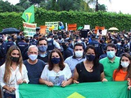 Após ameaçar quem protege população contra Covid-19, Bolsonaro insufla ato contra Ibaneis