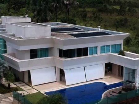 Flávio Bolsonaro mentiu na escritura da mansão de luxo que comprou em Brasília