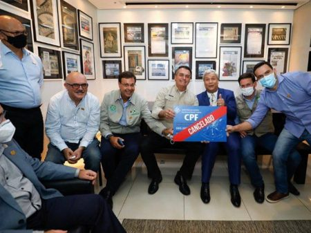 Bolsonaro exibe foto fazendo apologia de grupos de extermínio do Amazonas