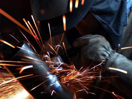 Produção industrial recua 2,4% em março