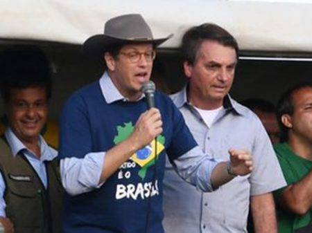 """Investigado por contrabando de madeira, Salles é elogiado por Bolsonaro: """"ministro excepcional"""""""