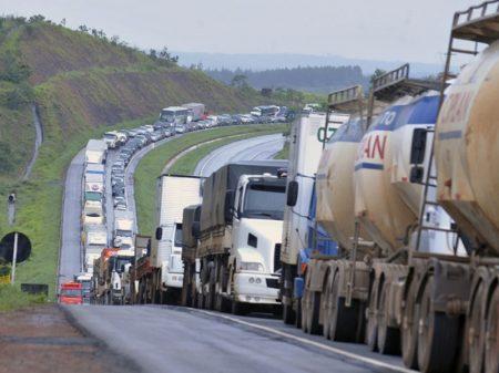 Bolsonaro tenta enrolar caminhoneiro com decreto
