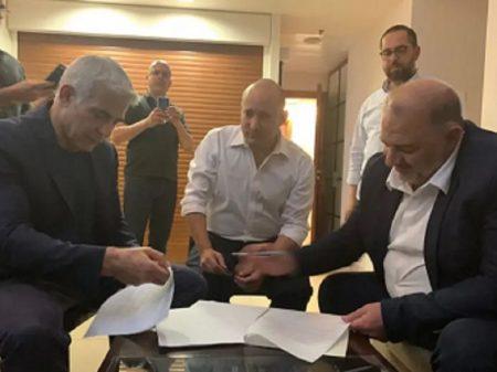 Israel: frente ampla assina acordo para formar governo sem Netanyahu