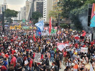 Manifestação ocupa 9 quarteirões da  Paulista por vacina, auxílio e Fora Bolsonaro!