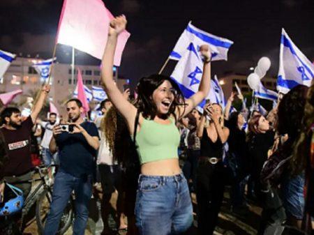 Israelenses celebram a saída de Netanyahu nas praças de Tel Aviv e Jerusalém