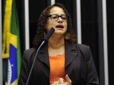 """Luciana: """"500 mil vidas perdidas! Bolsonaro é o responsável por essa tragédia!"""""""