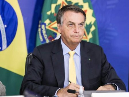 Pressionado, Bolsonaro renova auxílio emergencial