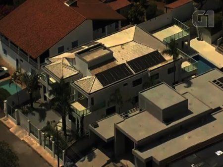 Ex-mulher de Bolsonaro e filho se mudam para mansão de R$ 3,2 milhões no Lago Sul