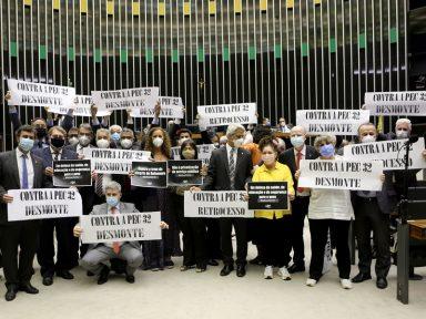 """Deputados repudiam contratação temporária no serviço público: """"precarização e desmonte"""""""