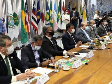 Vinte governadores desmentem Bolsonaro: estados não provocaram aumento nos combustíveis