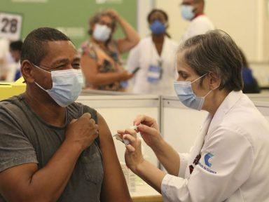 Com avanço da vacinação, mortes causadas por Covid-19 caíram 77% desde junho