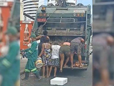 Mulheres reviram caminhão de lixo por comida