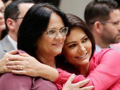 Damares faz comitiva da alegria em avião da FAB e leva parentes de Michelle Bolsonaro