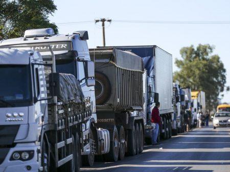 R$ 400 não pagam meio tanque de diesel, dizem caminhoneiros