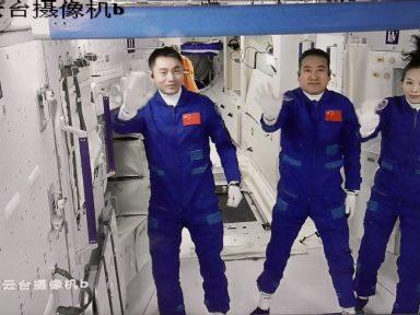 Astronautas Zhai, Wang e Ye já na estação espacial chinesa em missão de 180 dias