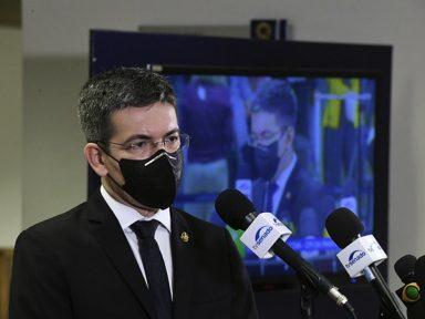 """Presidência é ocupada por um """"delinquente contumaz"""", diz Randolfe"""